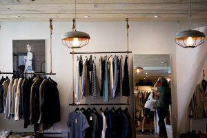 メンズの服が並ぶ店の風景